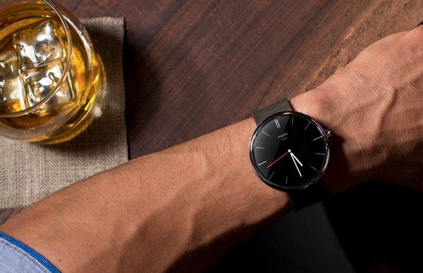 Умные часы Moto 360 от Motorola.