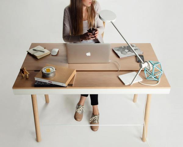 Письменный стол с откидной крышкой.