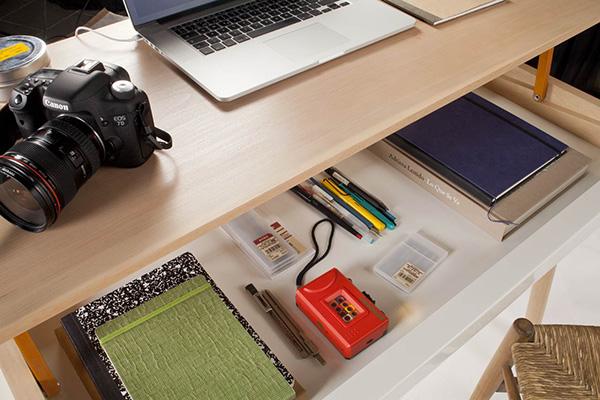 Минималистский письменный стол.
