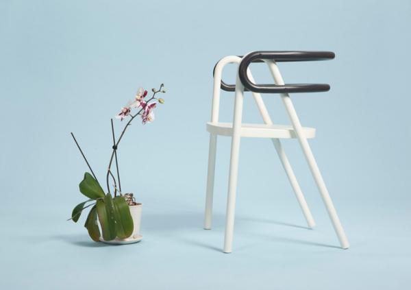 Компактные стулья из фанеры и стали.
