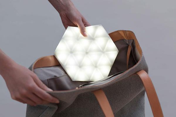 Светильник, которым можно подсветить сумку.