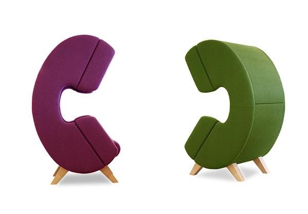 Оригинальные кресла в виде телефонов.