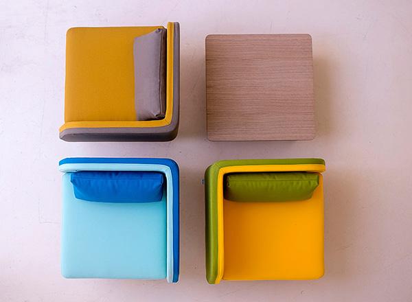 Разноцветные кресла для создания личного пространства.