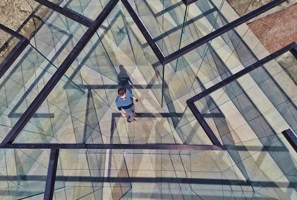 Лабиринт из стекла.