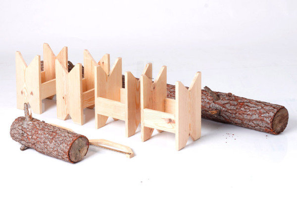 Скамейка для дома, сделанная из бревна.