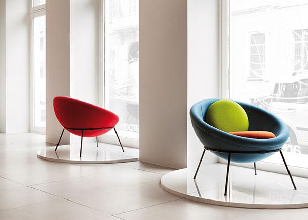 Разноцветные кресла, выпущенные ограниченным тиражом.