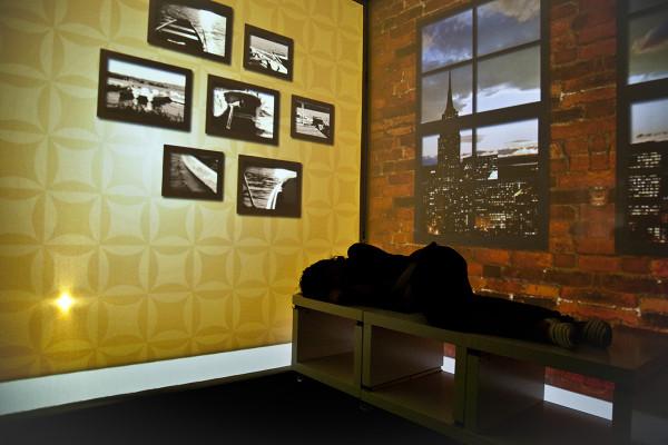 Уютная квартира будущего с импровизированными окнами.