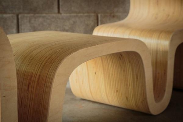 Стол выполнен из множества склеенных фанерных листов.