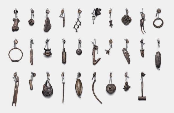 Коллекция необычных брелоков для ключей от гостиничных номеров.
