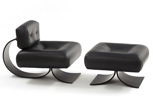 Кресло и пуфик из черной кожи.