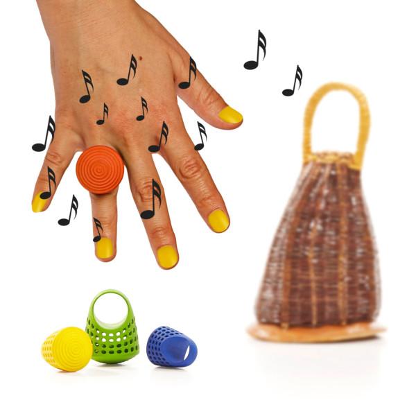 Яркое музыкальное кольцо с мелкими бусинами внутри.