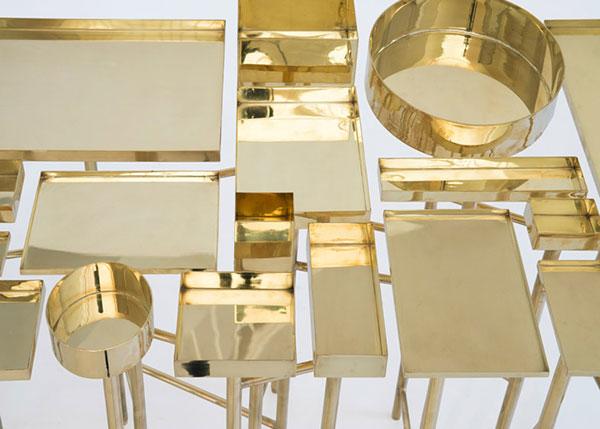 Столик с организованной системой хранения.