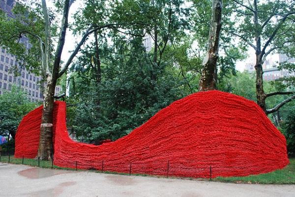 Красные бордюры в Мэдисон-Сквер Парке.