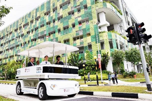 Беспилотный автобус Induct Navia на улицах Сингапура