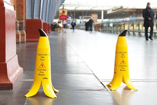 Забавная табличка «Осторожно! Мокрый пол.»