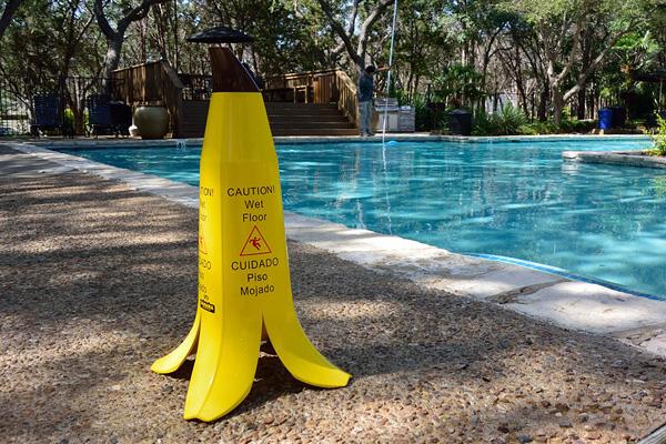 Знак Banana Cone, предупреждающий о скользких полах.