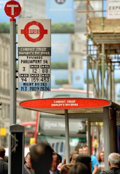 Остановка общественного транспорта полностью сделанная из кубиков лего.
