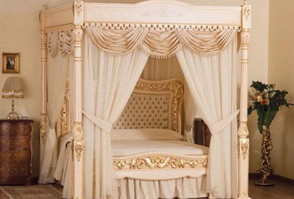 Королевская кровать с балдахином