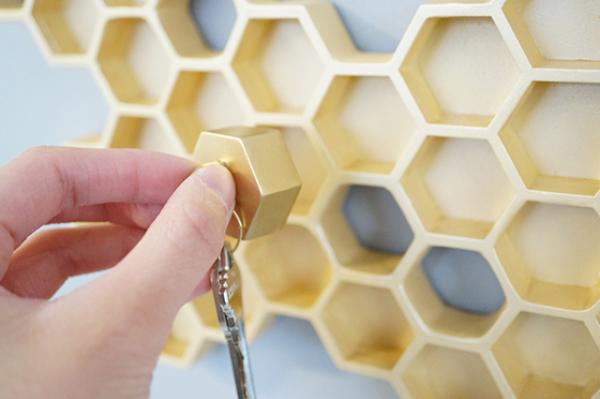 Ячейки заполняются, когда член семьи возвращается домой и вставляет брелок в шестиугольное отверстие.