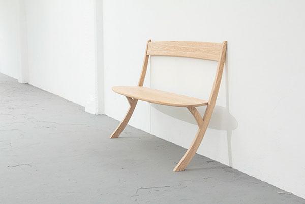 Скамейка на двух ногах.