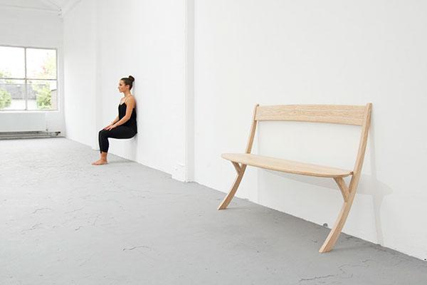 Деревянная скамья на двух ногах.