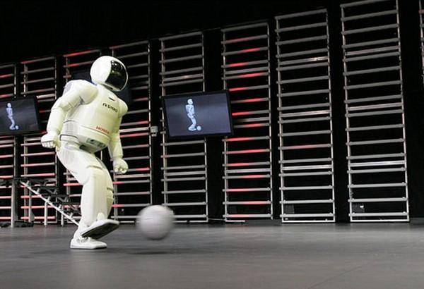 Honda ASIMO – первый настоящий робот-футболист