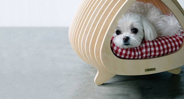 Деревянные домики для домашних животных.