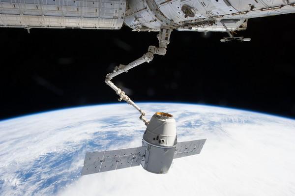 Грузовой космический челнок Dragon от SpaceX, состыкованный с Международной космической станцией