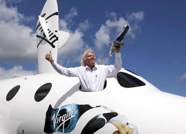 Ричард Брэнсон внутри космического челнока SpaceShipTwo