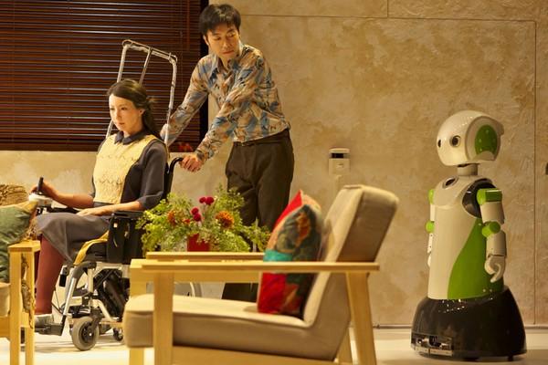 Geminoid F и Robovie R3 – роботы-актеры