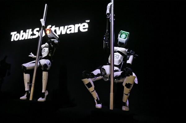 Tessy и Tess – роботы-стриптизерши