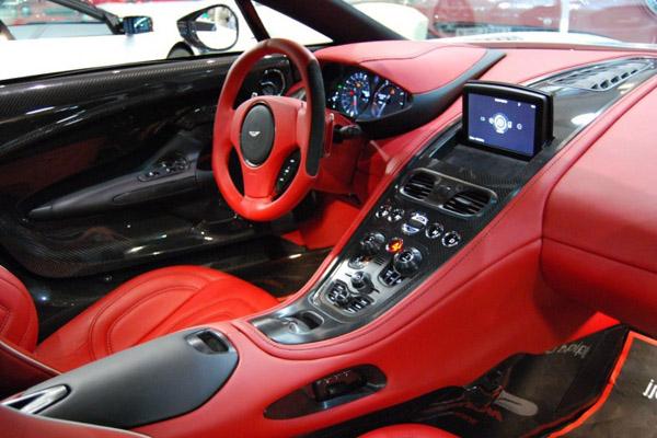 Купе оснащено 7.3-литровым бензиновым мотором V12, который развивает 760 л.с.  Авто весом 1,5 тонны способно разогнаться до 100 км/ч за 3,5 с и развить максимальную скорость 355 км/ч.