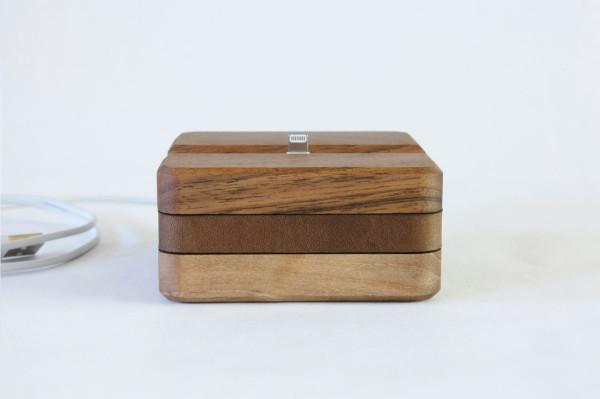 Стильная модель зарядного устройства выполнена из натурального дерева и кожи.
