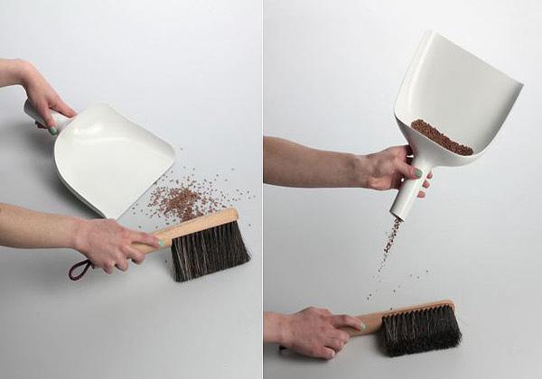 Во время сброса мусора, совок из набора можно использовать в качестве воронки.