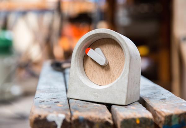 Небольшие бетонные часы с деревянным циферблатом.
