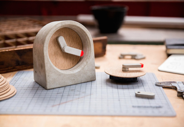 Moak Clock. Строгие часы с озорным элементом.