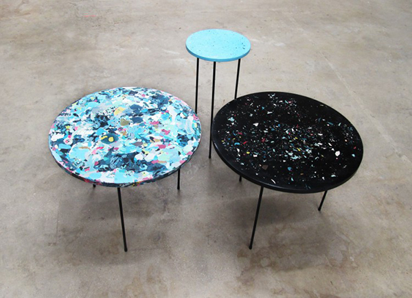 Столики, напоминающие палитры.