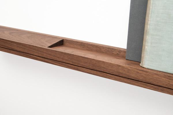Благодаря скрытой наклонной поверхности, предметы надежно фиксируются на полке.