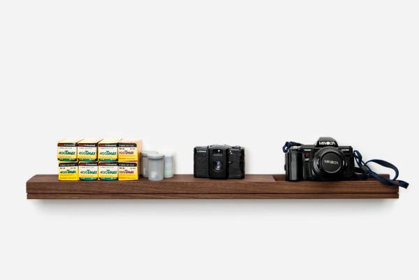 Настенная консоль - идеальный вариант для хранения мелких вещей и предметов повседневного обихода.