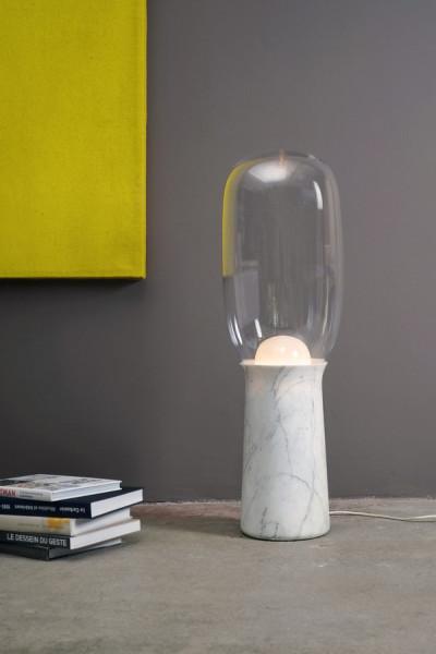 Стильный светильник, напоминающий первобытный факел в современной обработке.