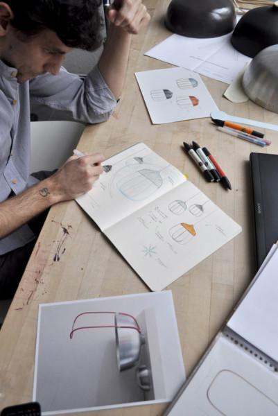 Томмазо  Кальдера (Tommaso Caldera) в работе над дизайном нового светильника.