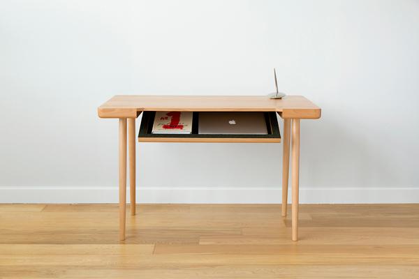 Письменный стол с откидным отсеком.