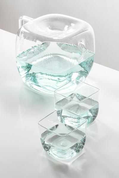 Оригинальный кувшин в форме кубика льда.