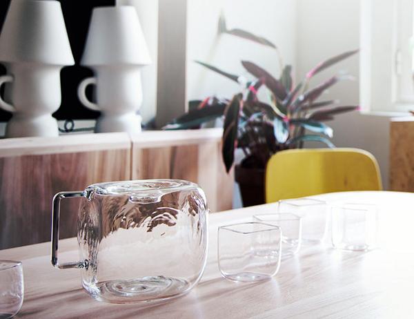 Кувшин и стаканы в виде льда.