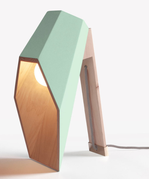 Настольная лампа из натурального дерева.