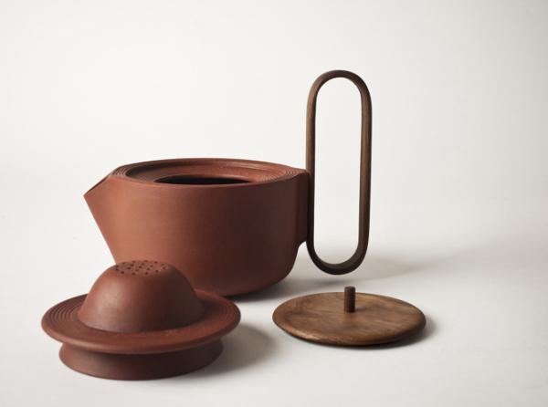 Заварочный чайник, ситечко и крышка.