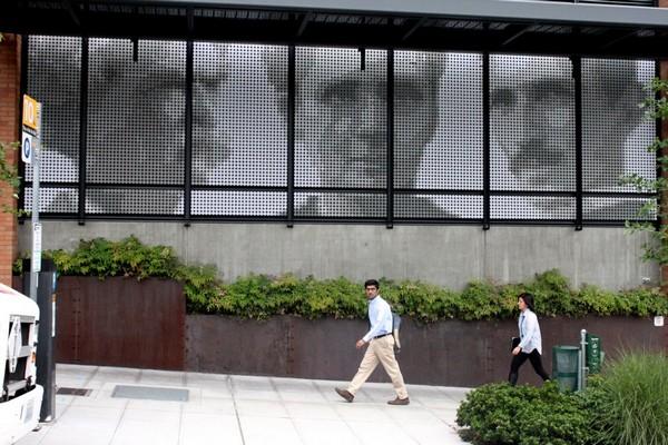 Внешняя стена офиса компании Amazon на основе электронных чернил E-Ink