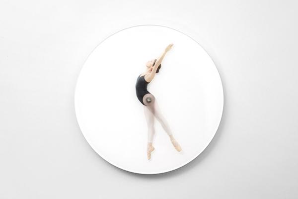 танцующая балерина, указывающая время.