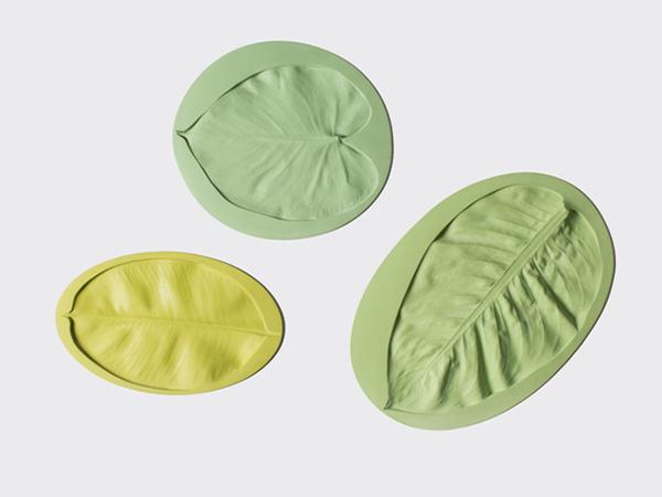 Оригинальные тарелки с отпечатками листьев.