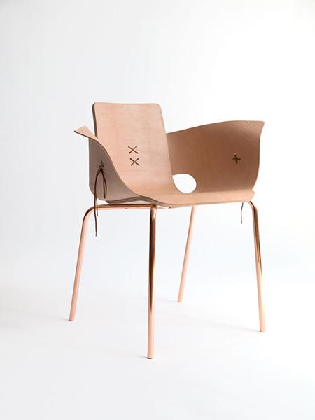 Кресло из кожи на шнуровке.